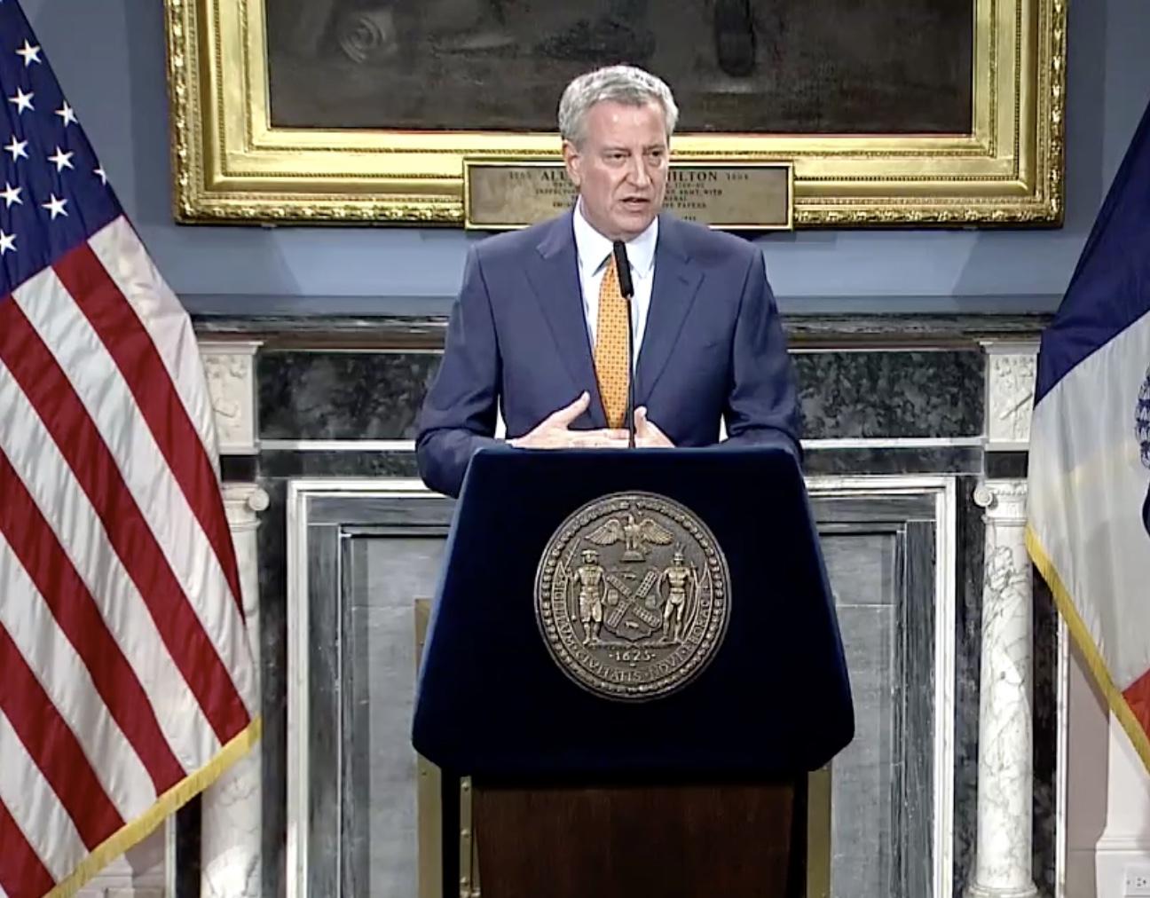 圖為紐約市長白思豪15日宣佈,從15日開始,紐約市學校關閉,至少關到4月20日。(市長YouTube截圖)