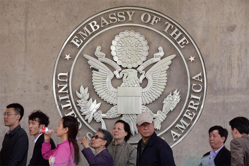 美國多名議員提出一項法案,要求美國政府制定一份隸屬於中共軍方的科學和工程機構名單,並禁止這些機構僱用或贊助的任何人獲得美國簽證。圖為北京的美國大使館。(法新社)
