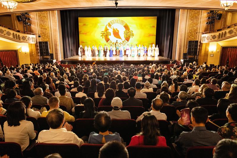 神韻藝術團2021年6月27日在康州斯坦福派雷斯劇院(The Palace Theatre)演出盛況。(戴兵/大紀元)