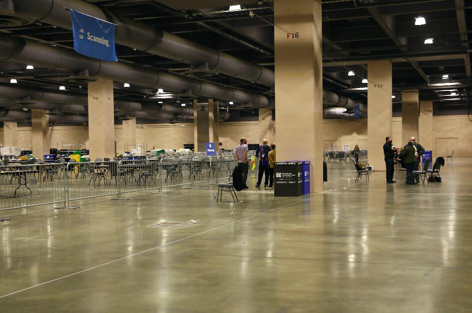 2020年11月6日,賓夕凡尼亞州費城會議中心的計票室內,選舉觀察員站在障礙物後,遠離計票的地方。(Charlotte Cuthbertson/The Epoch Times)