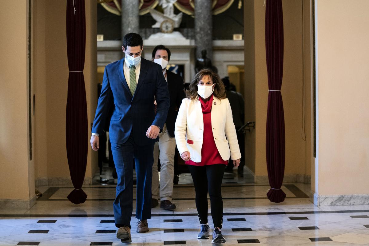 圖為美國密歇根州聯邦眾議員麗莎·麥克萊恩(Lisa McClain,右)2021年1月13日出現在國會大廈。(Stefani Reynolds/Getty Images)