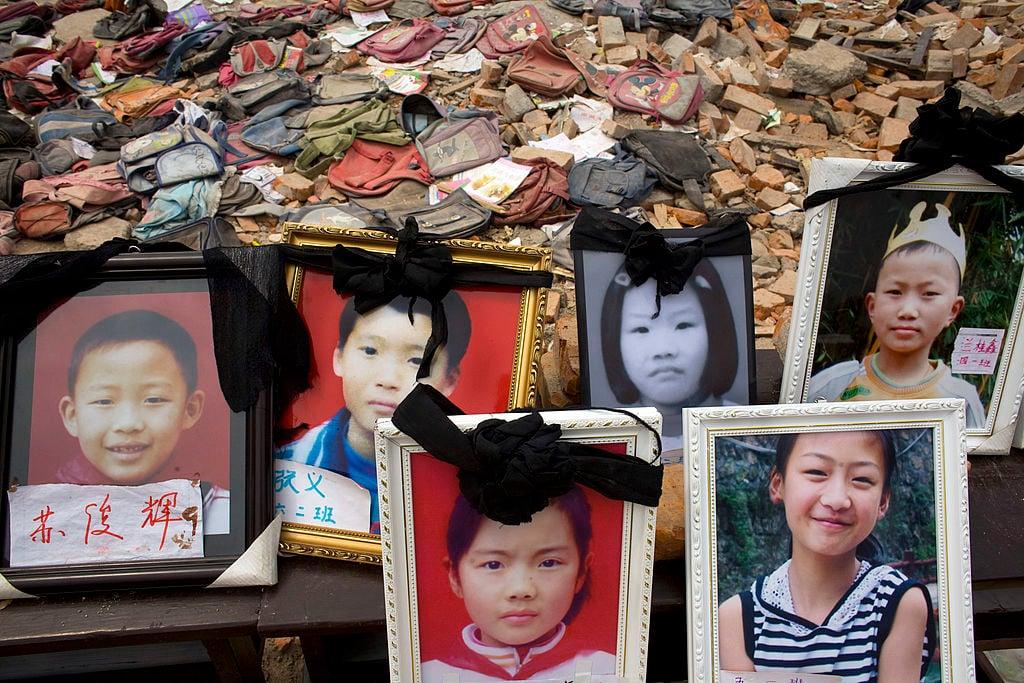 汶川大地震中死去的孩子們。政府大樓沒倒,很多學校都倒坍了。(Paula Bronstein/Getty Images)