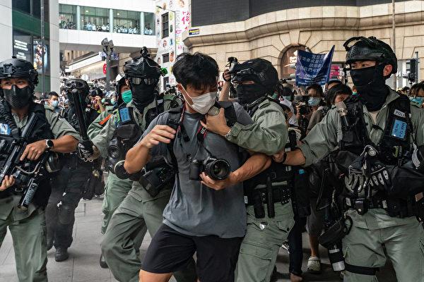 圖為香港民眾被港警逮捕。 (Anthony Kwan/Getty Images)
