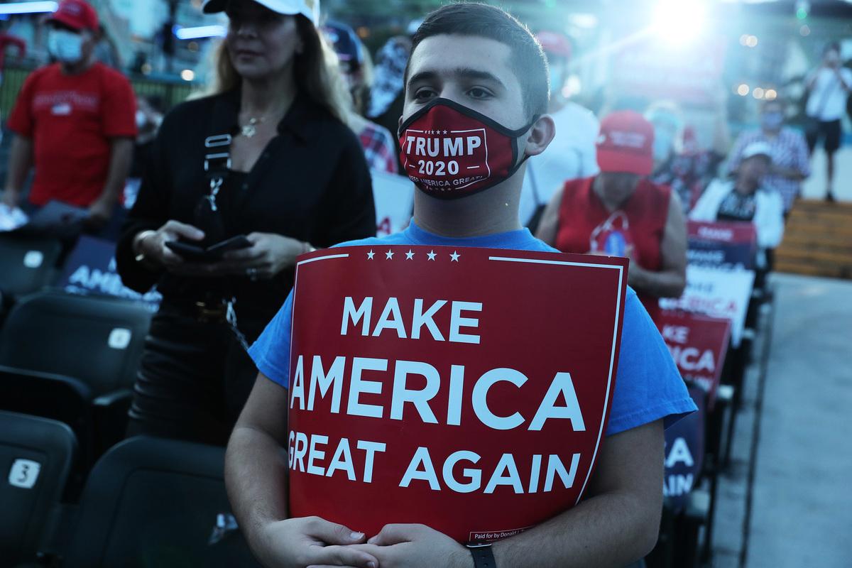 最新民調顯示,在進入選前一周之際,特朗普於佛州的民調首次取得領先。圖為伊萬卡10月27於佛州為特朗普助選時,特朗普的支持群眾。 (Joe Raedle/Getty Images)
