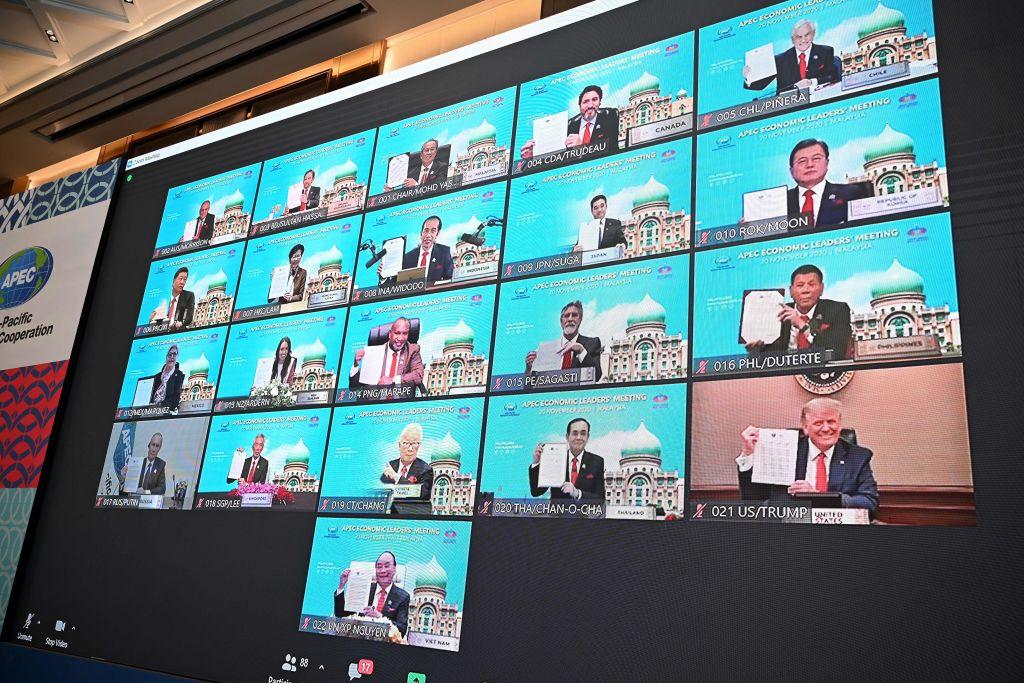 2020年11月20日,參加APEC的21國領導人舉著聯合公報拍照。(MOHD RASFAN/AFP)
