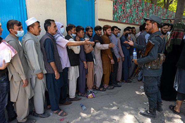 8月14日,阿富汗民眾排隊等待辦理護照,更多人準備逃離這個國家。 (Paula Bronstein /Getty Images)