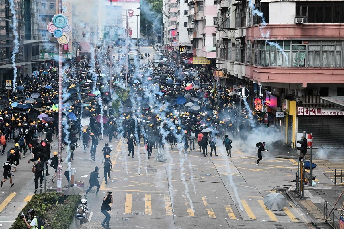2019年8月11日,香港深水埠,警方發射催淚彈。(ANTHONY WALLACE/AFP/Getty Images)