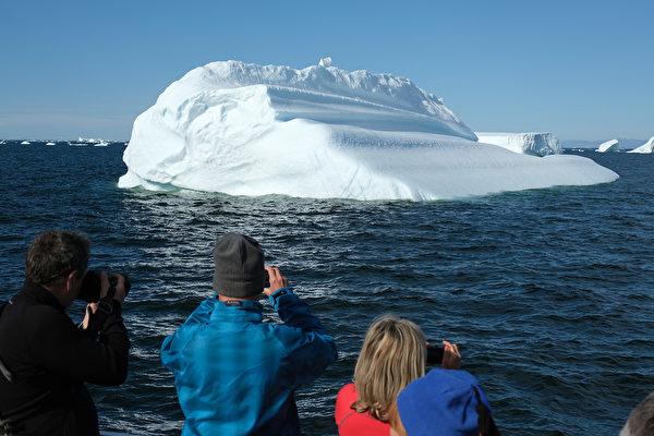 華盛頓大學的大氣科學教授Cliff Mass在媒體上發表文章,否定那種認為所謂「全球暖化」會引發氣候危機從而威脅人類生存的觀點。圖為2019年7月31日在靠近格陵蘭的海域觀測到的冰山。(Sean Gallup/Getty Images)