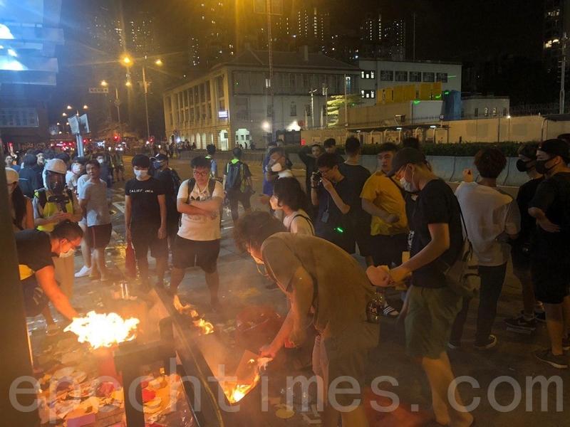 組圖3:港警發催淚彈 強行清場「祈福晚會」