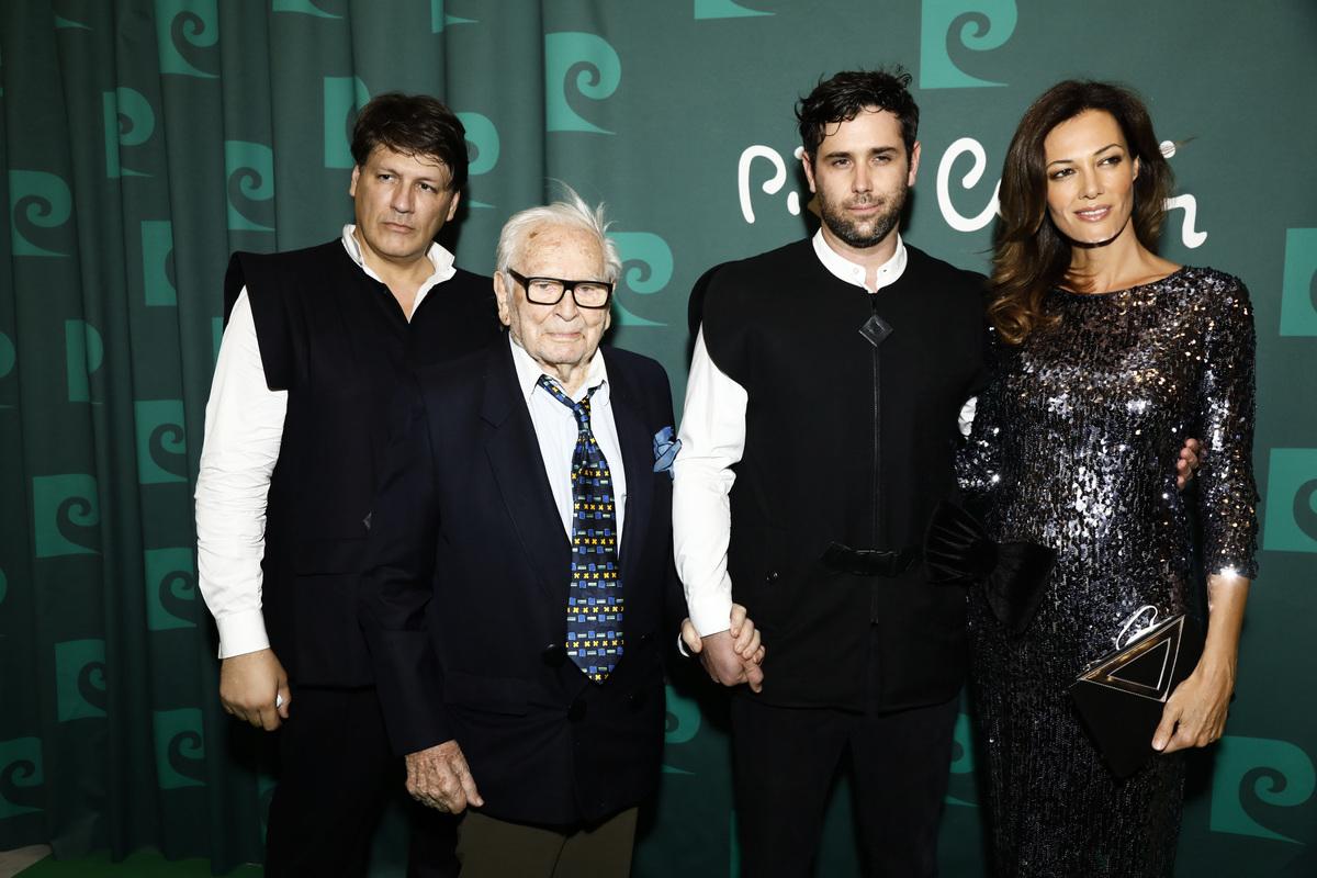 左二為意大利裔法國知名服裝設計師皮爾‧卡丹。(Julien M. Hekimian/Getty Images)