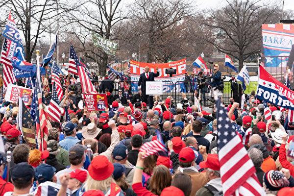 2020年12月12日,數十萬來自美國各州的民眾聚集首都華盛頓DC,舉行盛大集會和遊行,要求「停止竊選(Stop The Steal)」,力挺特朗普總統。圖為支持者在自由廣場舉行集會。(石青雲/大紀元)
