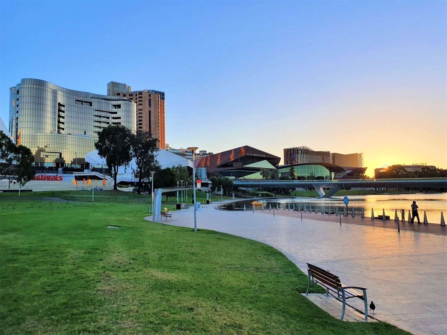 在2021全球宜居城市排名中,澳洲有四座城市進入前十名榜單。圖為排名第三的阿德萊德市托倫斯(River Torrens)河畔。(戴寧/大紀元)
