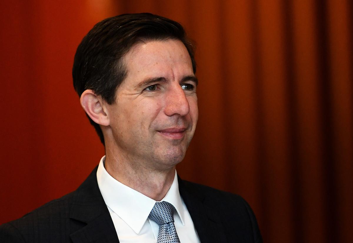 面對中共的經濟脅迫,聯邦貿易部長伯明翰(Simon Birmingham)表示,澳洲不會因此而改變立場。圖為2019年5月12日伯明翰出席墨爾本一個自由黨的活動。 (Tracey Nearmy/Getty Images)
