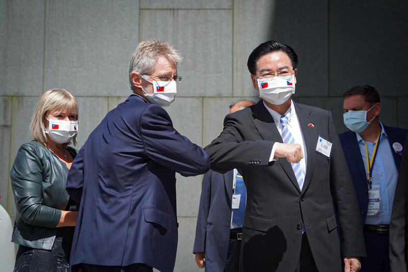 捷克參議院議長維特齊(前左)8月31日下午參訪政大,並在創新育成中心發表演說,台灣外交部長吳釗燮(前右)到場迎接,雙方以手肘互碰打招呼。(中央社)