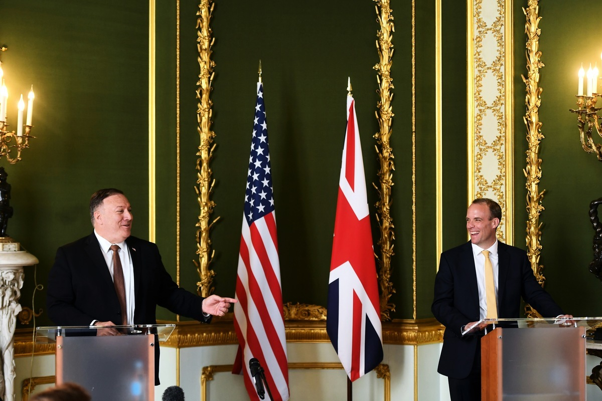 在和英國外相藍韜文(右)的新聞會上,美國國務卿蓬佩奧(左)表示,整個世界需要共同努力,以確保包括中國在內的每個國家在國際體系中,以適當方式與國際秩序保持一致。 (Peter Summers / POOL / AFP)