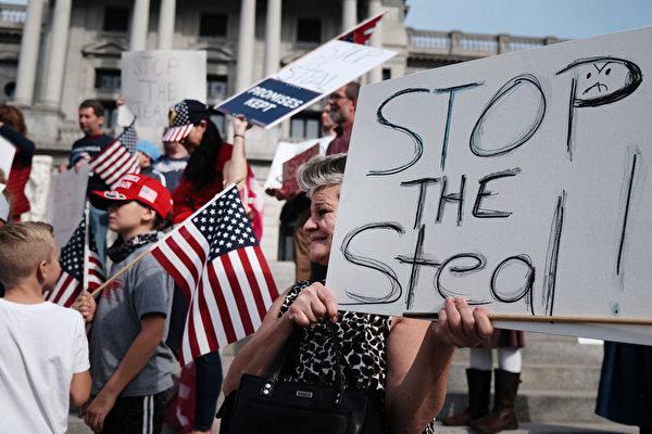 2020年11月5日,在賓夕凡尼亞州哈里斯堡,民眾聚集在州議會大廈前抗議大選舞弊,要求制止偷竊。(Spencer Platt/Getty Images)