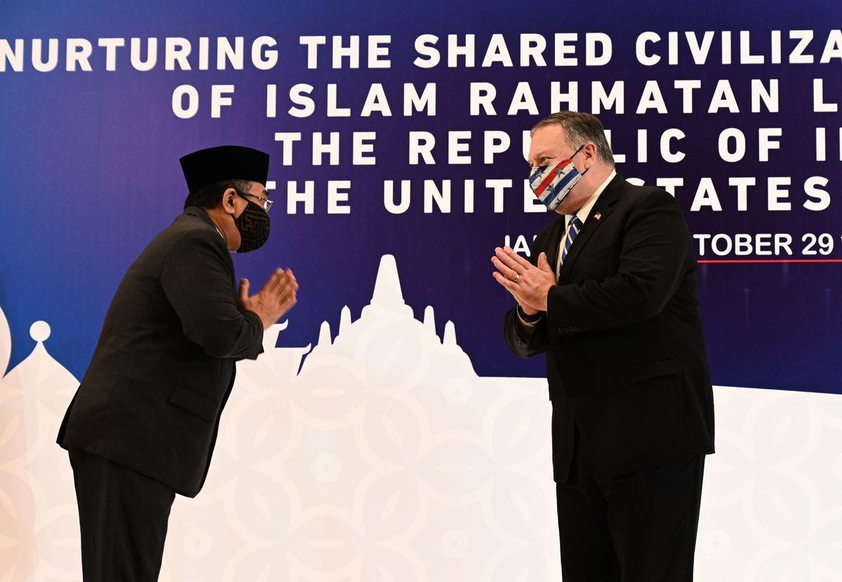 10月29日,蓬佩奧在印尼跟當地一個宗教組織負責人見面。(ADEK BERRY/POOL/AFP via Getty Images)