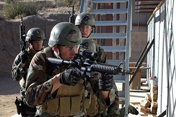 美國海軍海豹突擊隊(Navy SEAL)正在訓練。(公有領域)