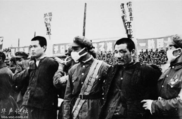 鎮反的照片中,被處刑的人,腰桿挺直,一個個氣宇軒昂,正氣凜然。(公有領域)