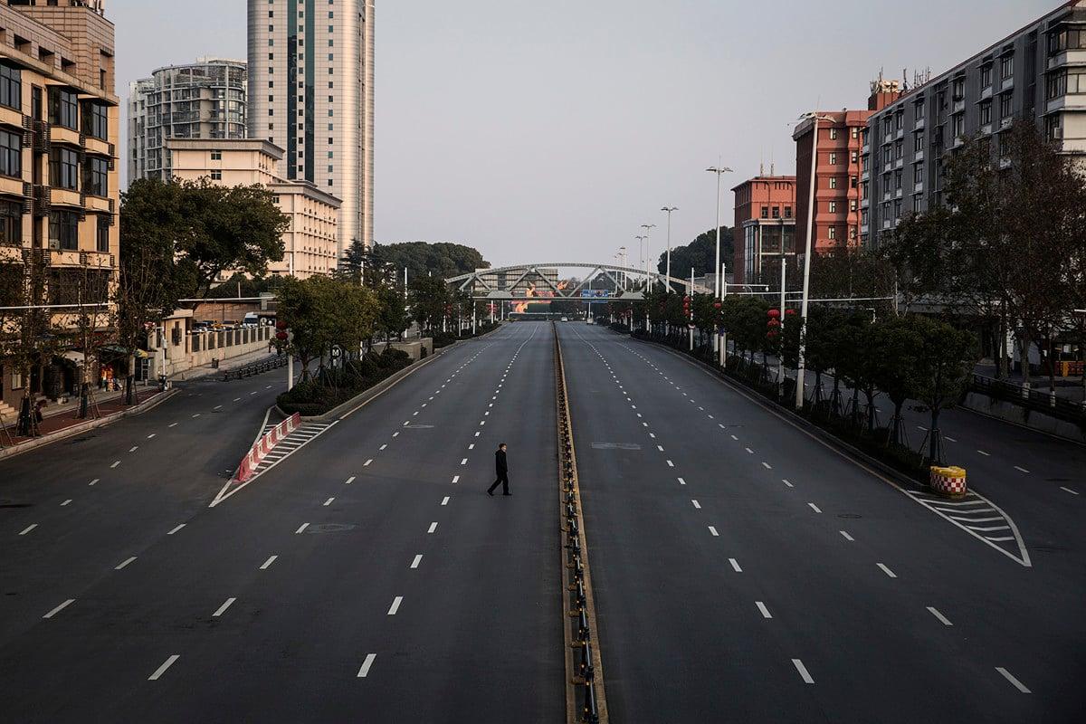 武漢因瘟疫爆發而封城,但是500萬武漢居民在封城前離開,把肺炎疫情傳播到中國各地和20多個國家。圖為2020年2月3日的武漢街頭。(Getty Images)