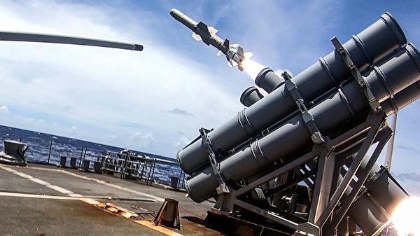 2020年9月19 日,美軍的提康德羅加級巡洋艦安提坦號(CG 54)在「勇敢之盾」(Valiant Shield)演習中發射了魚叉導彈,擊中了實彈射擊目標的美軍退役護衛艦。(美國印太司令部)