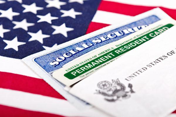 美國國務院2020年8月20日在一份聲明中表示,2021財年職業移民綠卡的名額將至少有25萬名,對比以往增加了超過10萬個名額。 (Getty Images)