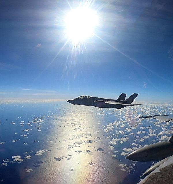 2021年8月30日,美軍的B-52轟炸機從關島起飛後,與來自卡爾文森號航母(CVN70)的F-35C戰機匯合,參加反介入演習。(美國印太司令部推特)