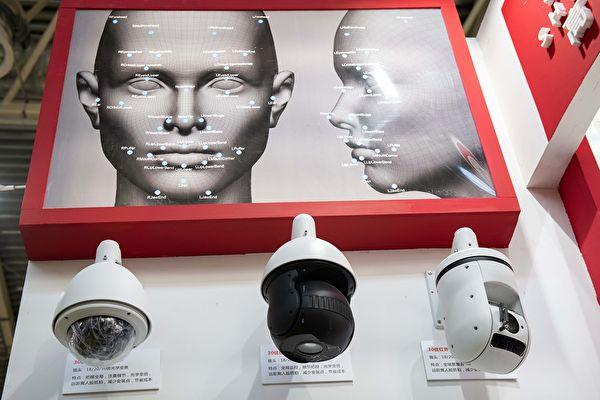 圖為2018年10月24日在北京第14屆中國國際公共安全與安全展覽會上展出的人臉識別攝像頭。(NICOLAS ASFOURI / AFP)