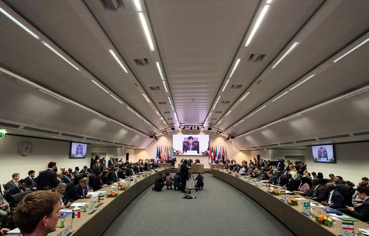 周五(12月7日),石油輸出國家組織(OPEC)及其盟國達成削減石油產量協議,油價應聲上漲。圖為OPEC於2018年12月7日在總部所在地奧地利維也納召開會議。(JOE KLAMAR/AFP/Getty Images)