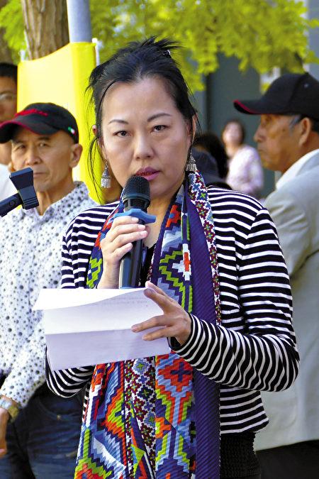 2021年4月15日,悉尼部份法輪功學員在悉尼中領館前譴責中共頻繁襲擊香港法輪功信息攤位。圖為旅居悉尼的香港居民肖(Sophie Xiao)女士在集會發言。(安平雅/大紀元)