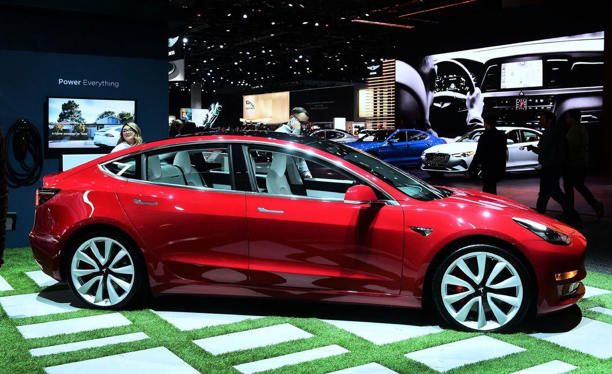 2018年11月29日在洛杉磯車展上亮相的Tesla Model 3。(FREDERIC J.BROWN/AFP via Getty Images)