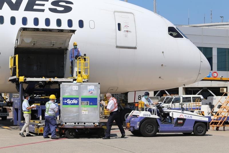日本提供的第二批113萬劑阿斯利康疫苗,7月8日由日本航空運抵桃園國際機場,班機抵達後卸貨。(中央社)