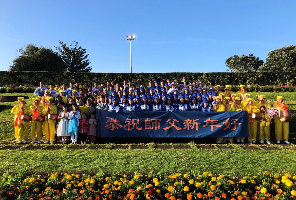 12月15日,紐西蘭奧克蘭約一百多名法輪功學員聚集在Mission Bay山頂公園。他們懷著感恩的心情,向法輪功創始人李洪志先生獻上最誠摯的祝福:「恭祝師父新年好!」(袁弘/大紀元)