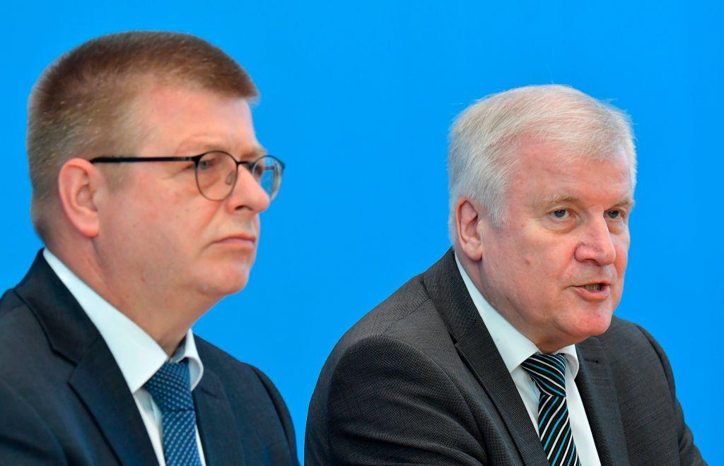 德國聯邦憲法保衛局局長哈爾登旺(左)與內政部長西霍夫(右)。(TOBIAS SCHWARZ/AFP via Getty Images)