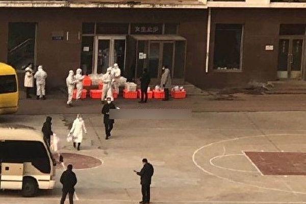 2020年12月22日,傳大連海洋大學有中共肺炎病例,醫護人員進入該校。(網絡圖片)