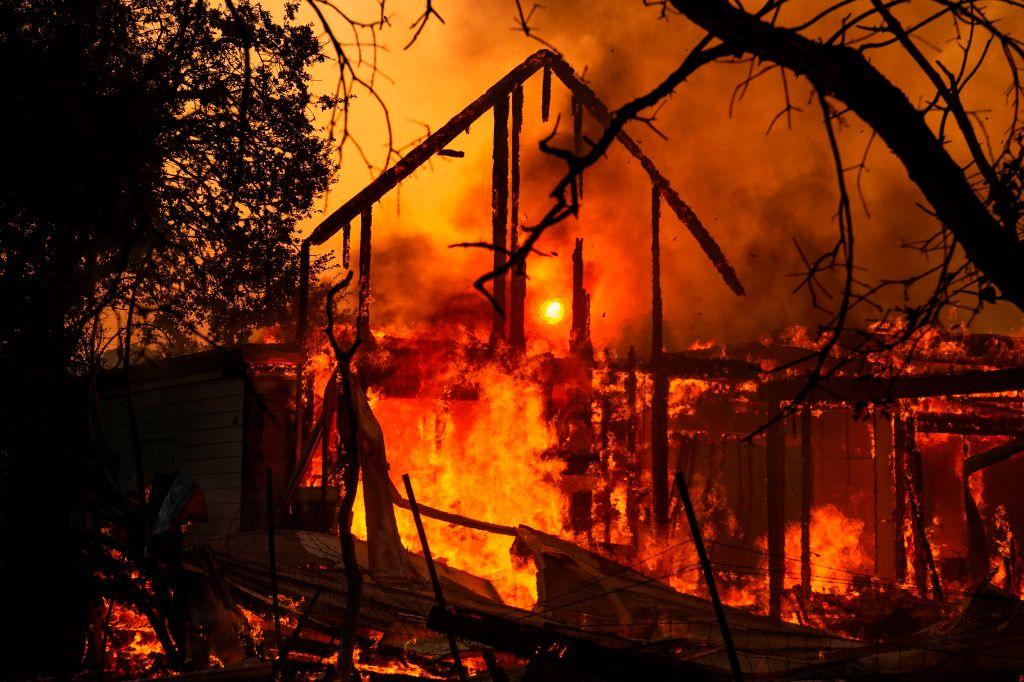 圖為2019年10月27日,加州希爾茲堡(Healdsburg)一房屋被Kincade 大火燃燒只剩下一框架。 (JOSH EDELSON/AFP via Getty Images)