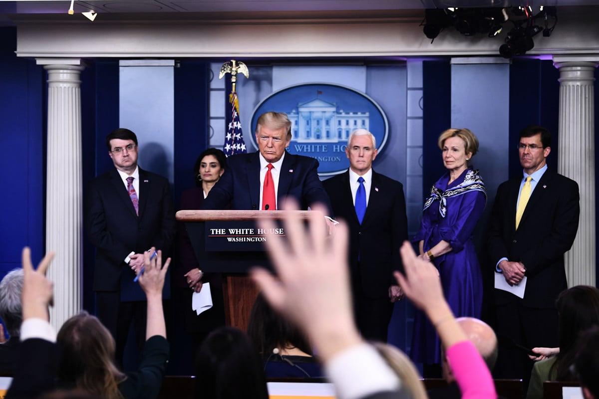 2020年3月18日,美國總統特朗普持續以中共病毒稱呼新冠病毒,並表示,只要他在位一天,絕不容許中共抹黑美軍。圖為3月18日白宮簡報會情形。(Photo by Brendan Smialowski / AFP)