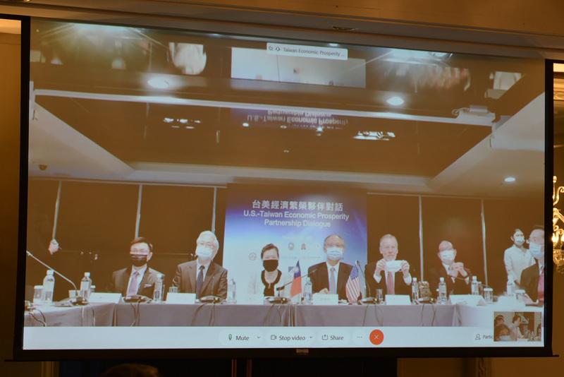 美台經濟繁榮夥伴對話2020年11月20日登場。除了華府實體會議外,經濟部長王美花(左3)、行政院政務委員鄧振中(左4)及相關部會官員也在台北透過視訊同步參與。(駐美代表處提供/中央社)