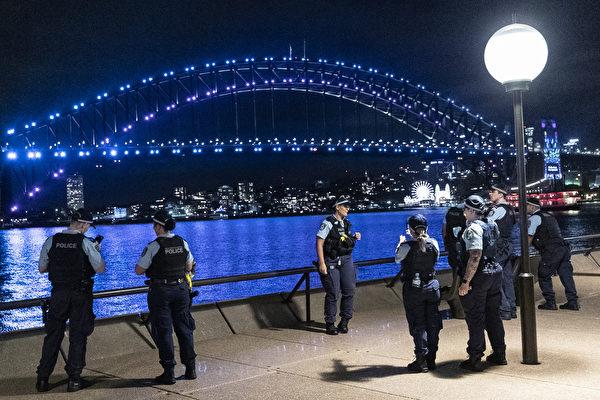 2020年12月31日,在悉尼歌劇院,往年觀看跨年煙花秀最熱門地點執勤的警察。(Brook Mitchell/Getty Images)