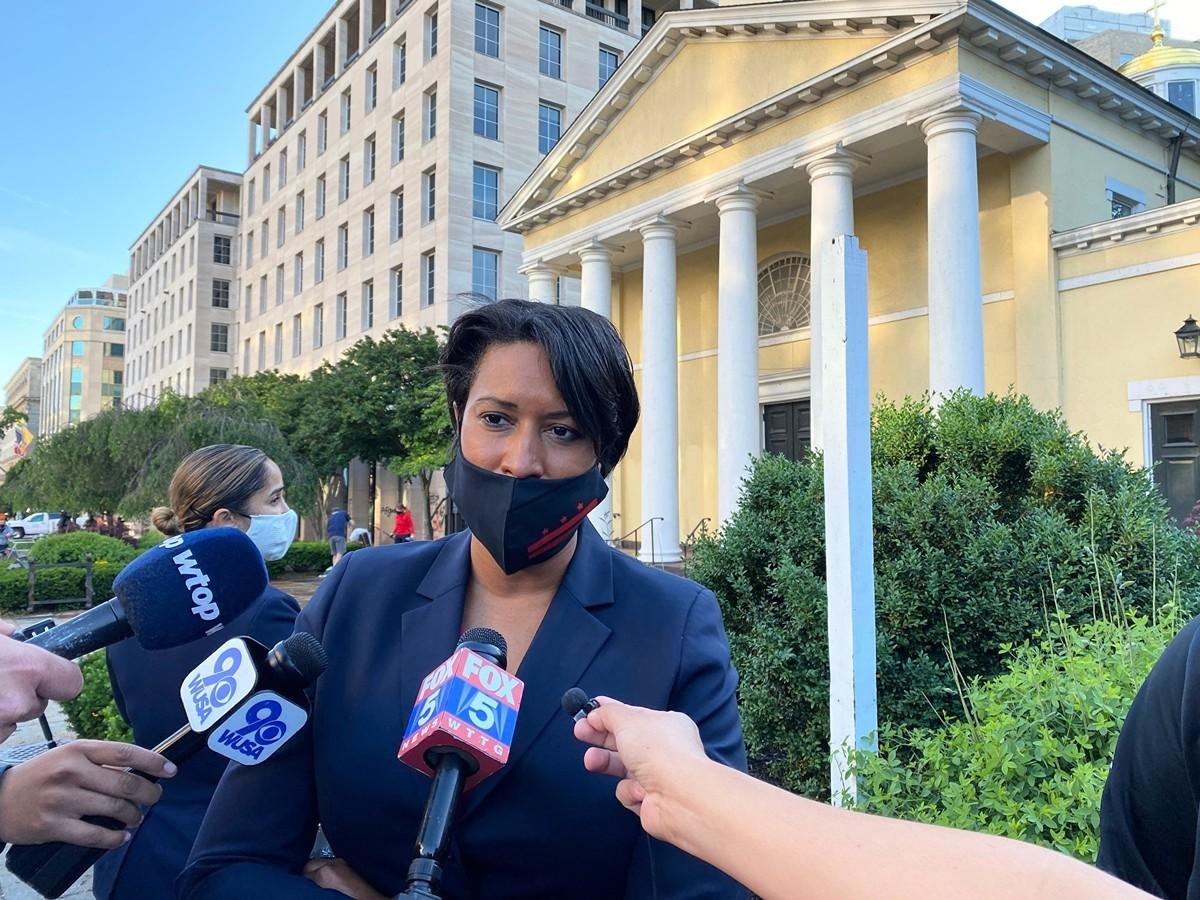 6月1日早,華盛頓DC市長鮑澤(Muriel Bowser)在前一晚起火的教堂外接受媒體採訪。(DANIEL SLIM/AFP via Getty Images)
