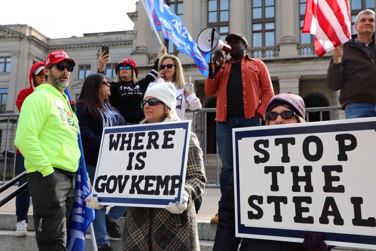 12月3日,佐治亞州議會就選舉舞弊舉辦兩場聽證會,亞特蘭大民眾在佐治亞州議會外抗議選舉舞弊。(林樂予/大紀元)