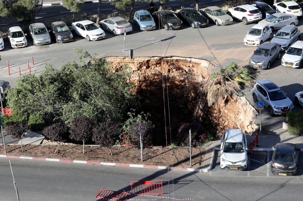 耶路撒冷一個停車場2021年6月7日出現的天坑。(GIL COHEN-MAGEN/AFP via Getty Images)
