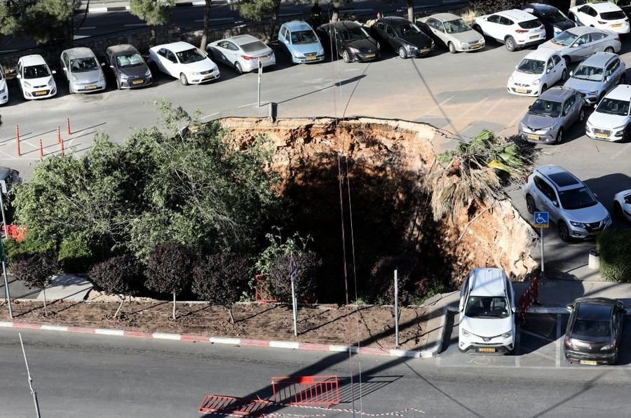 耶路撒冷突現天坑 吞噬三汽車 驚險影片曝光