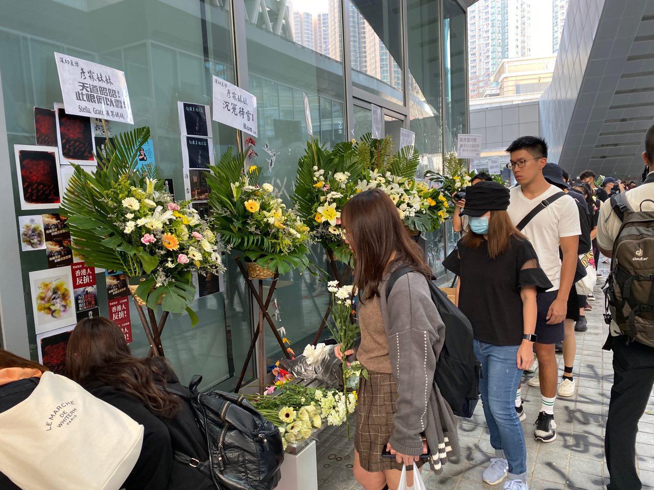 10月17日,知專設計學院學生於設計大道祭奠陳彥霖並要求真相。(駱亞/大紀元)
