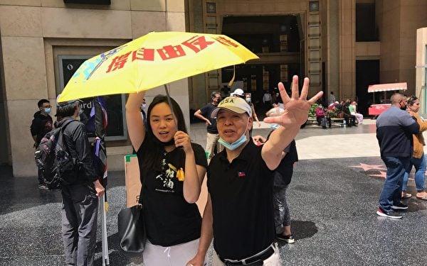 活動主持人張珈莉(左)與中國民主黨主席汪岷(右)在星光大道聲援香港。(張珈莉提供)