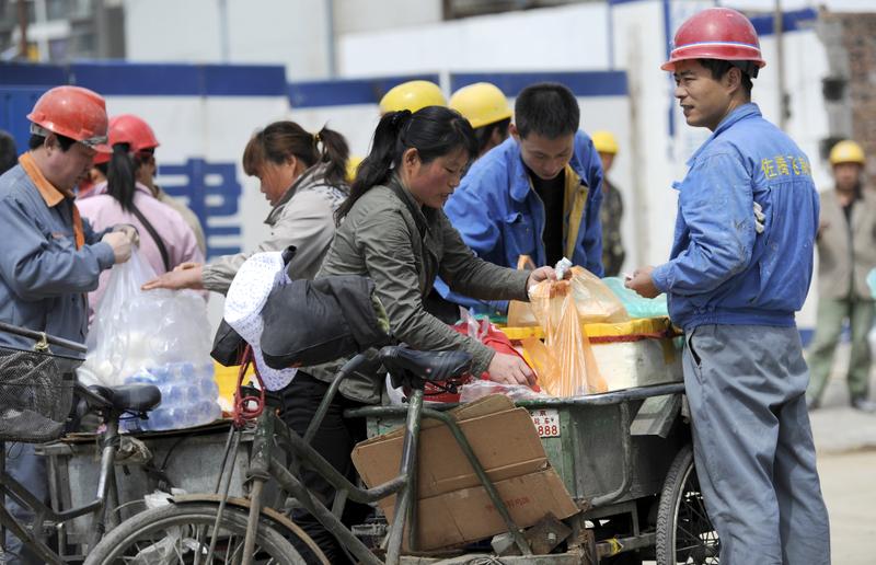 有大陸財經評論人士表示,如果大陸經濟內循環,會回到40年以前。圖為北京街頭。(LIU JIN/AFP)