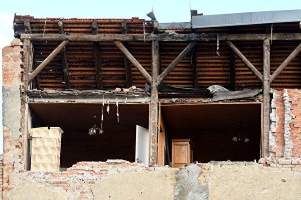 2020年12月29日,克羅地亞彼得里尼亞(Petrinja),該鎮遭受6.4級地震襲擊後,建築物嚴重受損。(DENIS LOVROVIC/AFP via Getty Images)