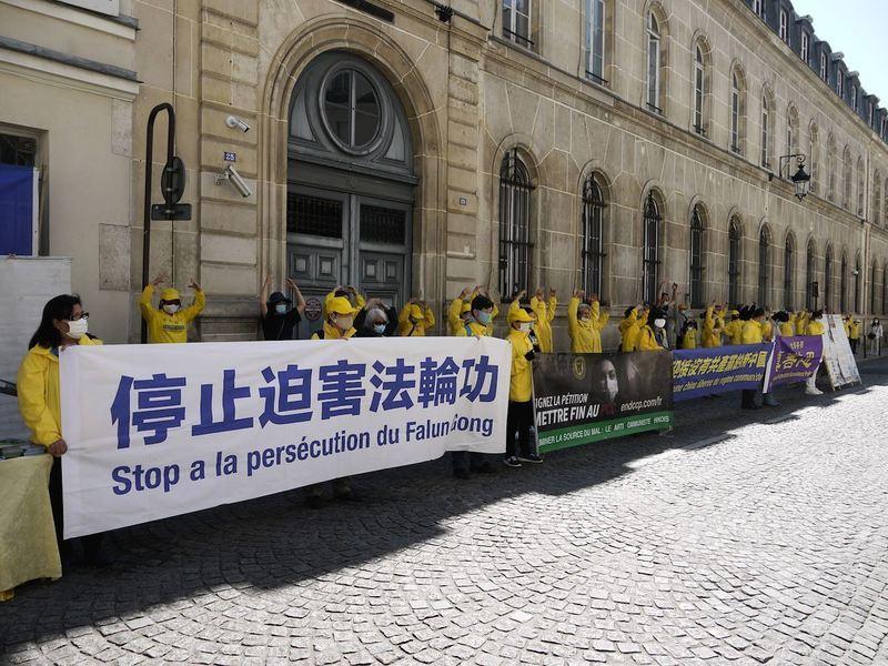 法國法輪功學員中使館前集會紀念4.25