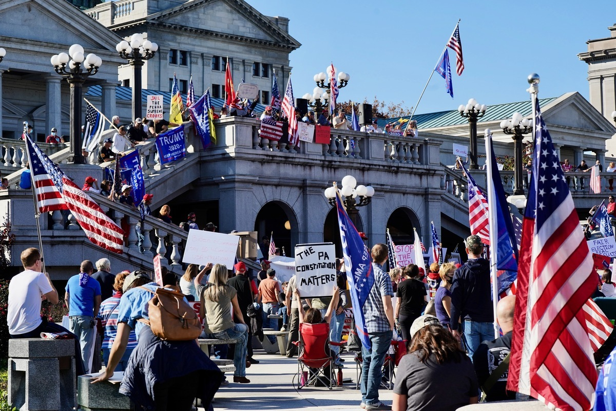 賓夕凡尼亞州共和黨眾議員弗雷德‧凱勒(Fred Keller)表示,賓州法官11月12日的裁決有助於特朗普總統繼續爭取公平選舉。圖為11月7日,賓州議會大樓前的抗議者反對選舉舞弊。(李臻婷/大紀元)