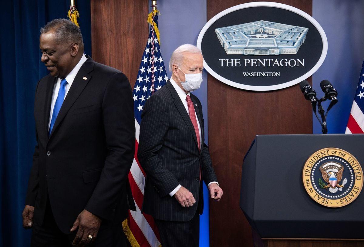 2021年2月10日,美國總統拜登(Joe Biden,右)抵達五角大樓發表講話,國防部長奧斯汀(Lloyd Austin,左)在旁陪同。(Saul Loeb/AFP via Getty Images)